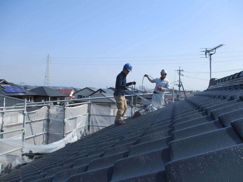 菊陽町K様邸 屋根塗装トップコート一回目。